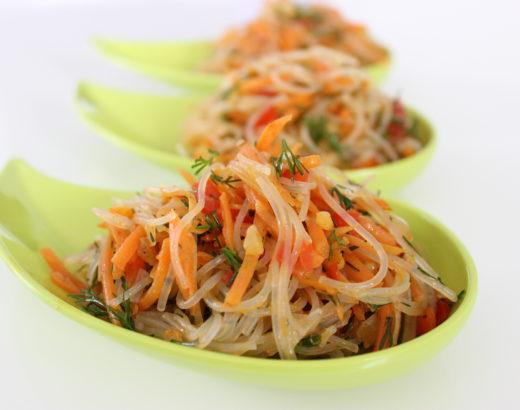 Leichter Glasnudelsalat mit Möhren und Paprika